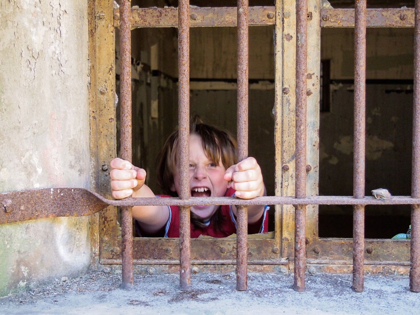 arizona felonies - child holding bars in window of a cell