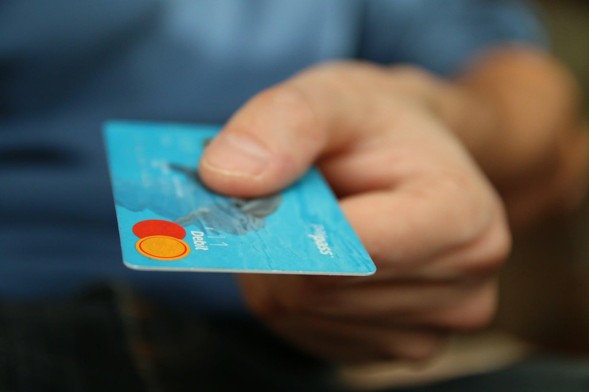 credit card fraud in arizona - man paying with a credit card