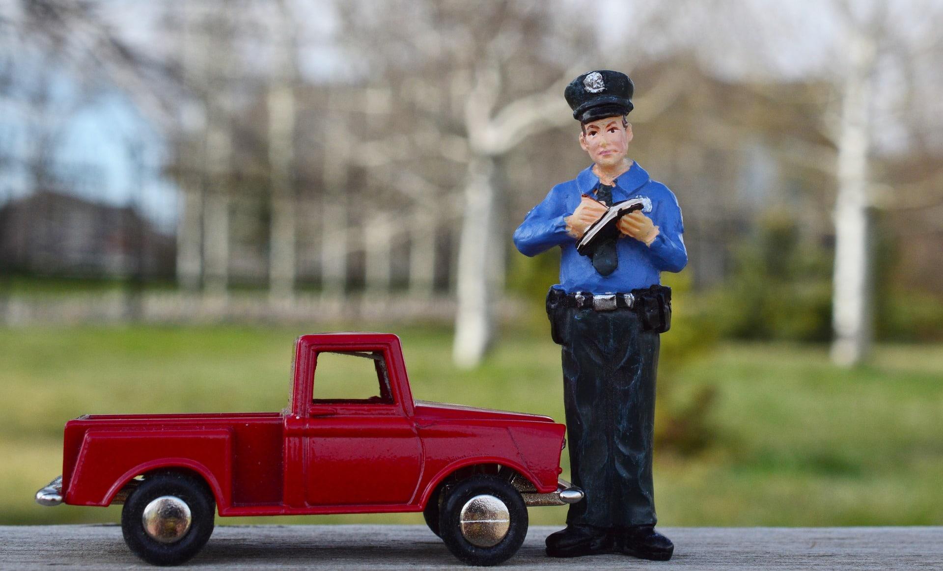 phoenix traffic violation lawyer - cop writing ticket